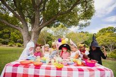 Παιδιά που φορούν το κοστούμι που έχει τη διασκέδαση κατά τη διάρκεια της γιορτής γενεθλίων στοκ φωτογραφία