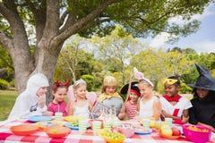 Παιδιά που φορούν το κοστούμι που έχει τη διασκέδαση κατά τη διάρκεια της γιορτής γενεθλίων στοκ εικόνες με δικαίωμα ελεύθερης χρήσης
