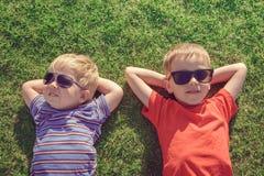 Παιδιά που χαλαρώνουν στη χλόη Στοκ εικόνες με δικαίωμα ελεύθερης χρήσης