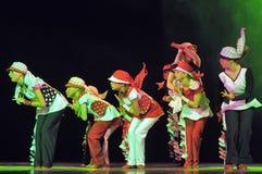 Παιδιά που χορεύουν στη σκηνή Στοκ εικόνες με δικαίωμα ελεύθερης χρήσης