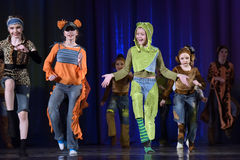 Παιδιά που χορεύουν στη σκηνή Στοκ φωτογραφία με δικαίωμα ελεύθερης χρήσης