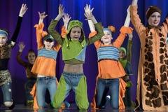 Παιδιά που χορεύουν στο στάδιο στα ζωικά κοστούμια Στοκ φωτογραφίες με δικαίωμα ελεύθερης χρήσης