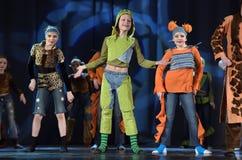 Παιδιά που χορεύουν στο στάδιο στα ζωικά κοστούμια Στοκ εικόνες με δικαίωμα ελεύθερης χρήσης