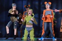 Παιδιά που χορεύουν στο στάδιο στα ζωικά κοστούμια Στοκ Φωτογραφίες