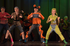 Παιδιά που χορεύουν στο στάδιο στα ζωικά κοστούμια Στοκ φωτογραφία με δικαίωμα ελεύθερης χρήσης