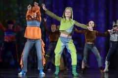 Παιδιά που χορεύουν στο στάδιο στα ζωικά κοστούμια Στοκ Εικόνες