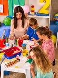 Παιδιά που χρωματίζουν και που σύρουν από κοινού Μάθημα τεχνών στο δημοτικό σχολείο Στοκ εικόνα με δικαίωμα ελεύθερης χρήσης