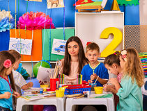 Παιδιά που χρωματίζουν και που σύρουν από κοινού Μάθημα τεχνών στο δημοτικό σχολείο Στοκ εικόνες με δικαίωμα ελεύθερης χρήσης