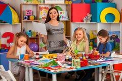 Παιδιά που χρωματίζουν και που σύρουν από κοινού Μάθημα τεχνών στο δημοτικό σχολείο Στοκ Εικόνα