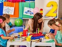 Παιδιά που χρωματίζουν και που σύρουν Μάθημα τεχνών στο δημοτικό σχολείο Στοκ εικόνες με δικαίωμα ελεύθερης χρήσης