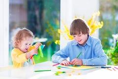 Παιδιά που χρωματίζουν τις τέχνες Πάσχας Στοκ Εικόνες