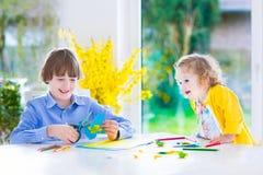 Παιδιά που χρωματίζουν τις τέχνες Πάσχας Στοκ φωτογραφία με δικαίωμα ελεύθερης χρήσης