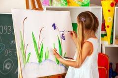 Παιδιά που χρωματίζουν το δάχτυλο easel Ομάδα παιδιών με το δάσκαλο Στοκ φωτογραφία με δικαίωμα ελεύθερης χρήσης