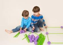 Παιδιά που χτίζουν ένα οχυρό και μια διανομή στοκ εικόνα