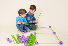 Παιδιά που χτίζουν ένα οχυρό και μια διανομή στοκ φωτογραφίες