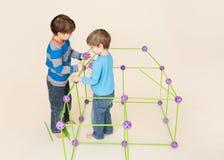 Παιδιά που χτίζουν ένα οχυρό και μια διανομή στοκ φωτογραφία με δικαίωμα ελεύθερης χρήσης