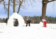 Παιδιά που χτίζουν ένα ingloo Στοκ εικόνες με δικαίωμα ελεύθερης χρήσης