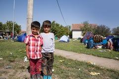 Παιδιά προσφύγων κοντά στα σύνορα της Σερβίας σε Tovarnik Στοκ Εικόνες