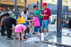 Παιδιά προσφύγων που έχουν πρόσβαση στο γλυκό νερό στο σταθμό τρένου Keleti Στοκ Εικόνα
