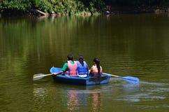 Παιδιά σε μια βάρκα σε μια λίμνη στον Ισημερινό Στοκ Φωτογραφίες