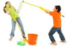 παιδιά σκουπών που καθαρίζουν την άνοιξη σφουγγαριστρών stinky Στοκ Εικόνα