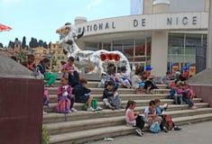 Παιδιά στα βήματα του Μουσείου Σύγχρονης Τέχνης, Νίκαια, φράγκο στοκ εικόνες