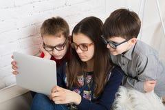 Παιδιά στα γυαλιά με την ταμπλέτα, εθισμός υπολογιστών Στοκ φωτογραφία με δικαίωμα ελεύθερης χρήσης