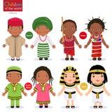 Παιδιά στα διαφορετικά παραδοσιακά κοστούμια Νιγηρία, Κένυα, Νότια Αφρική, Αίγυπτος διανυσματική απεικόνιση