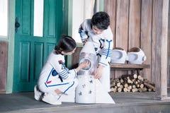 Παιδιά στα κοστούμια αστροναυτών με τον πύραυλο παιχνιδιών Στοκ φωτογραφία με δικαίωμα ελεύθερης χρήσης