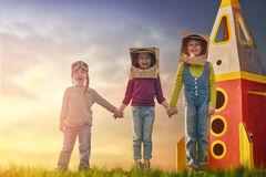 Παιδιά στα κοστούμια αστροναυτών στοκ εικόνες