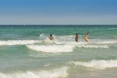 Παιδιά στα κύματα Κούβα Στοκ φωτογραφία με δικαίωμα ελεύθερης χρήσης