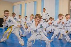 Παιδιά στην κατάρτιση γυμναστικής Στοκ Φωτογραφίες