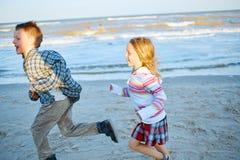 Παιδιά στην παραλία θάλασσας στοκ εικόνες