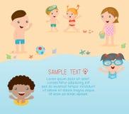 Παιδιά στην παραλία, παιδιά που παίζουν στην παραλία, θερινές δραστηριότητες των παιδιών Στοκ Εικόνα