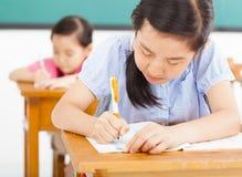 Παιδιά στην τάξη με τη μάνδρα διαθέσιμη στοκ εικόνες