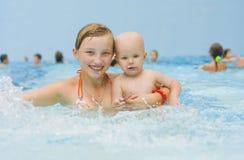 Παιδιά στη λίμνη Στοκ φωτογραφίες με δικαίωμα ελεύθερης χρήσης