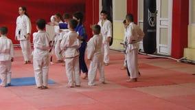 Παιδιά στις πολεμικές τέχνες πρακτικής απόθεμα βίντεο