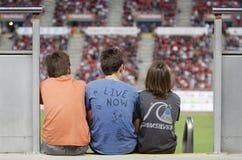 Παιδιά στις στάσεις του αγωνιστικού χώρου ποδοσφαίρου Στοκ φωτογραφίες με δικαίωμα ελεύθερης χρήσης