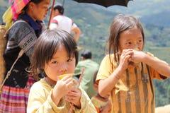 Παιδιά στους τομείς πεζουλιών ρυζιού της MU Cang Chai Στοκ Φωτογραφίες