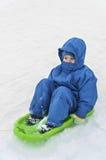 Παιδιά στο έλκηθρο το χειμώνα στοκ φωτογραφία