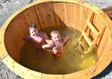 Παιδιά στο βαρέλι νερού Στοκ φωτογραφίες με δικαίωμα ελεύθερης χρήσης