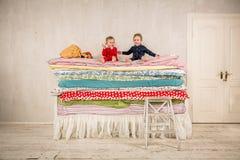 Παιδιά στο κρεβάτι - πριγκήπισσα και το μπιζέλι Στοκ εικόνες με δικαίωμα ελεύθερης χρήσης