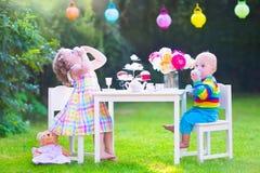 Παιδιά στο κόμμα τσαγιού κουκλών Στοκ εικόνες με δικαίωμα ελεύθερης χρήσης