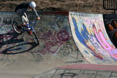 Παιδιά στο πάρκο ποδηλάτων που κάνει τις ακροβατικές επιδείξεις Στοκ εικόνες με δικαίωμα ελεύθερης χρήσης