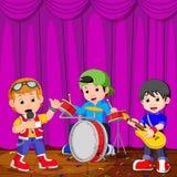 Παιδιά στο παιχνίδι ζωνών στη σκηνή ελεύθερη απεικόνιση δικαιώματος