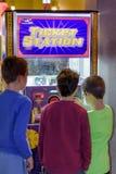 Παιδιά στο σταθμό εισιτηρίων Στοκ Φωτογραφίες