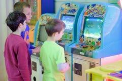Παιδιά στο Arcade Στοκ Εικόνα