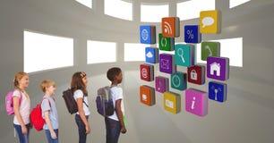 Παιδιά σχολείου που εξετάζουν τα διάφορα app εικονίδια Στοκ Εικόνες