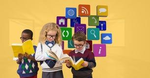Παιδιά σχολείου που διαβάζουν το βιβλίο ενάντια στα εικονίδια apps Στοκ εικόνες με δικαίωμα ελεύθερης χρήσης