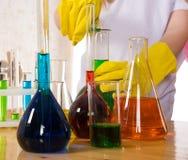 Παιδιά σχολείου που κάνουν το πείραμα επιστήμης χημείας στοκ εικόνα